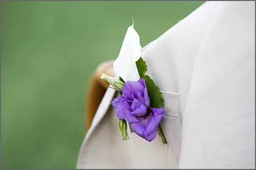 Fiore-all'occhiello-viola-per-sposo