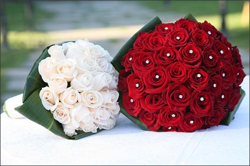 Bouquet Sposa Rose Bianche E Rosse.Bouquet Con Le Rose Quante Di Voi Organizzazione Matrimonio