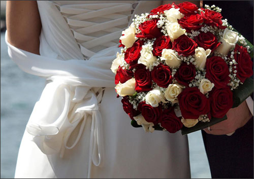 bouquet-sposa-rose-rosse-bianche