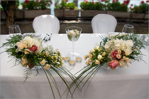 Addobbi floreali con ortensie bianche sul lago d 39 orta - Addobbi tavoli matrimonio casa ...