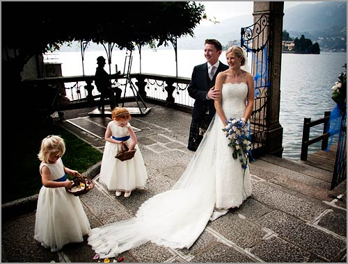 Matrimonio Tema Bianco E Blu : Bouquet da sposa con genziane blu e rose bianche