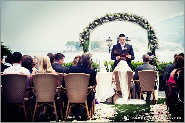 cerimonia matrimonio arco con fiori