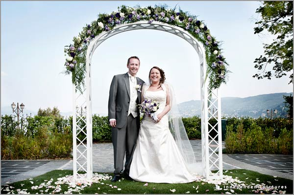 arco di fiori per cerimonia di matrimonio