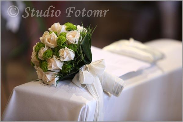 bouquet sposa con rose e crisantemi verdi