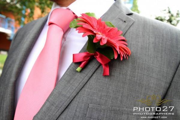 bottoniera sposo con gerbera rossa