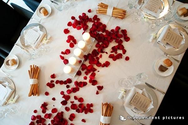allestimento tavolo sposi con candele e petali di rose
