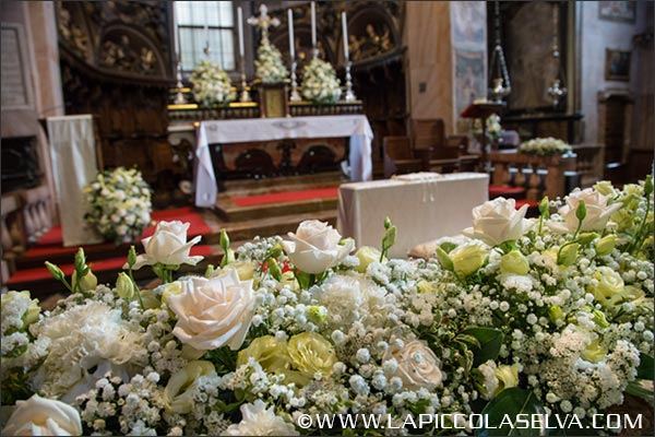 Addobbi floreali nella chiesa sull'Isola di San Giulio