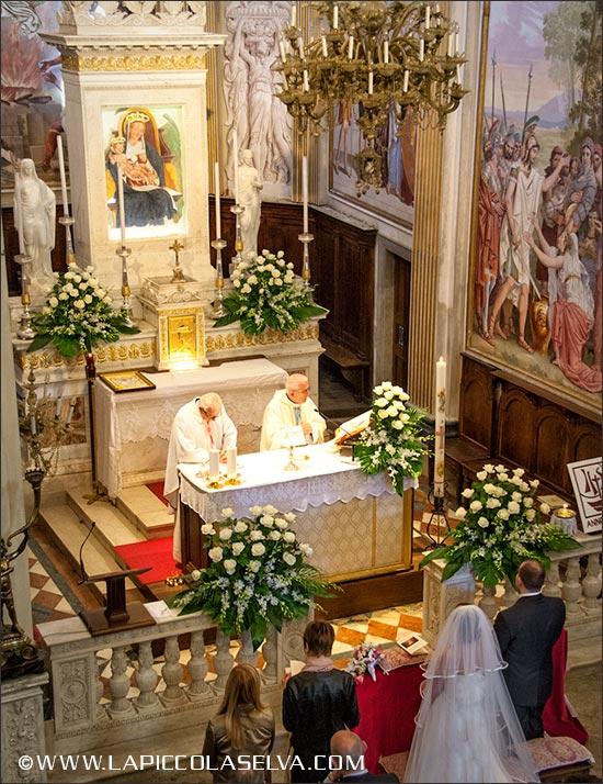 Addobbi floreali con rose e orchidee, chiesa Madonna della Bocciola