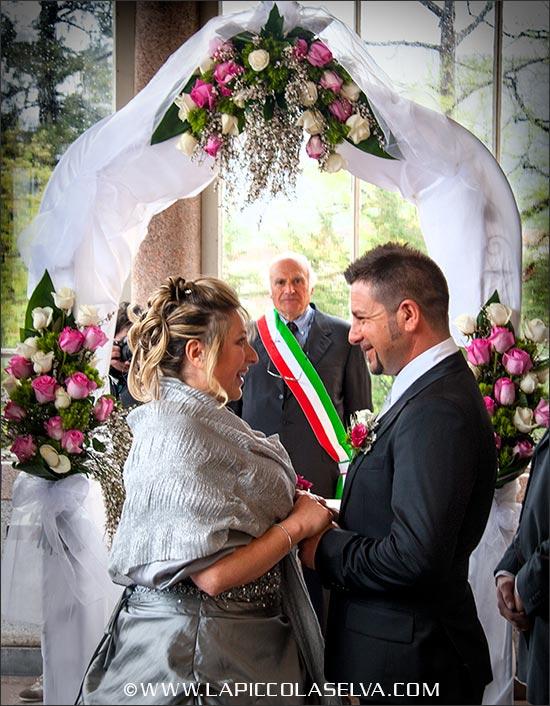 Arco fiorito per cerimonia civile a Villa Giulia di Pallanza