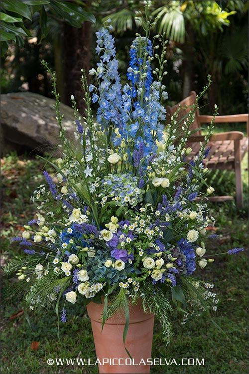 Composizione floreale country chic per cerimonia in giardino