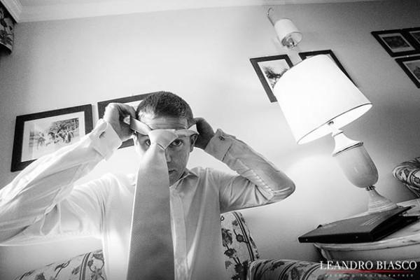 sposo-preparativi-crevatta-residence-carl-&-co-zacchera-hotels