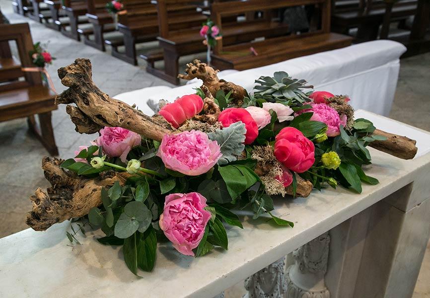 Addobbo creativo in chiesa con peonie ed elementi naturali