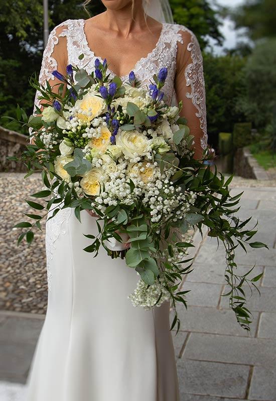 Bouquet a cascata con genziane e rose inglesi profumate
