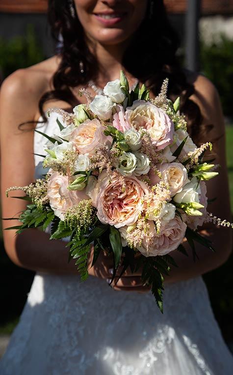Bouquet da sposa con peonie, astilbe e lisianthus