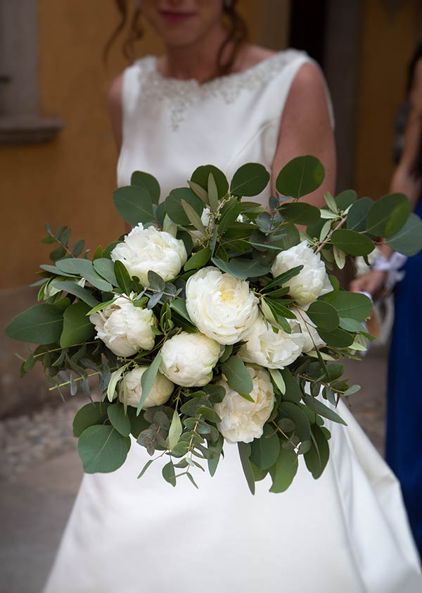 Bouquet con peonie bianche e eucalipto