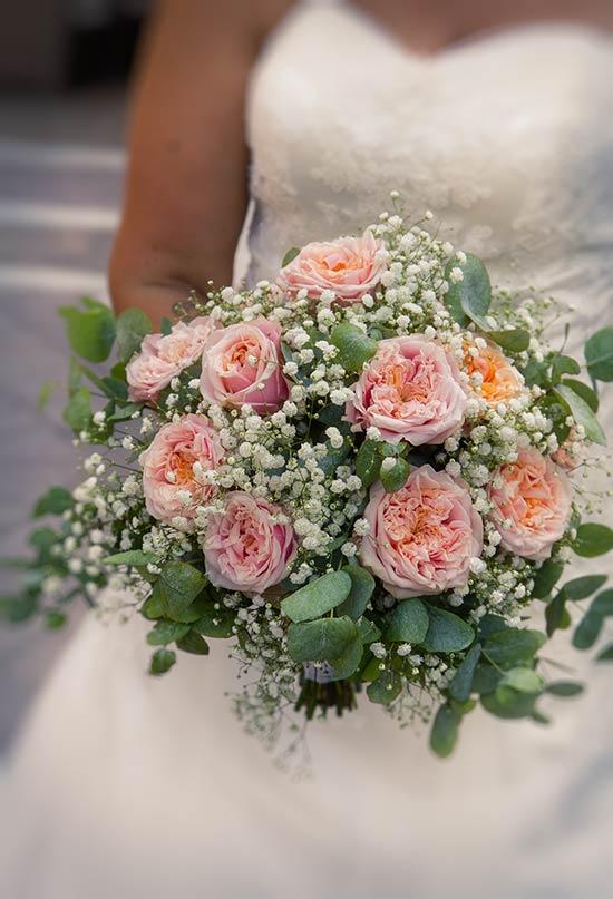 Bouquet profumato con rose inglesi ed eucalipto