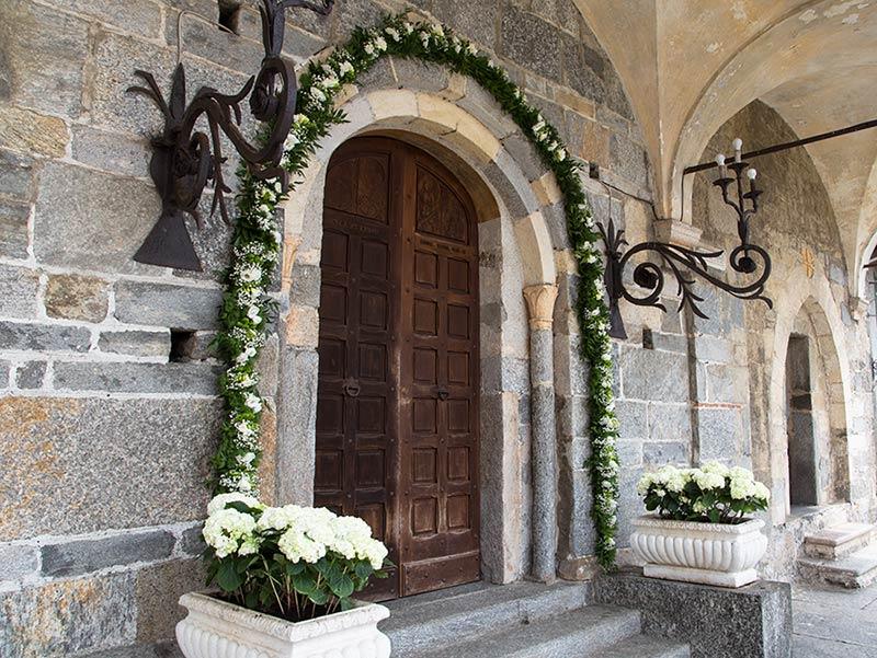 Addobbo floreale esterno, chiesa di Brovello Carpugnino - lago Maggiore